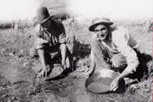 """Hopeless"" Hollinsworth and unidentified man during ill-fated guano panning scheme, 1904."